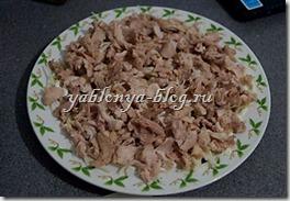 простой салат с курицей и сухариками